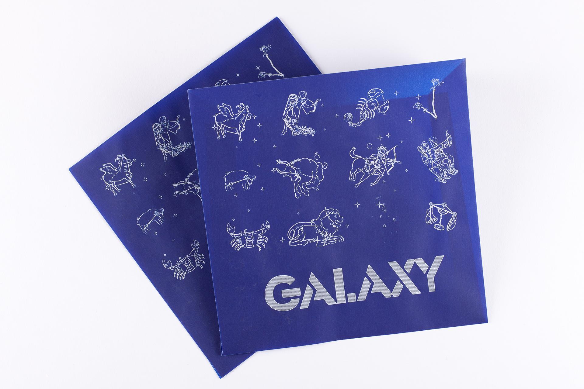 Lasergravur auf blauem Kuvert Transparentpapier