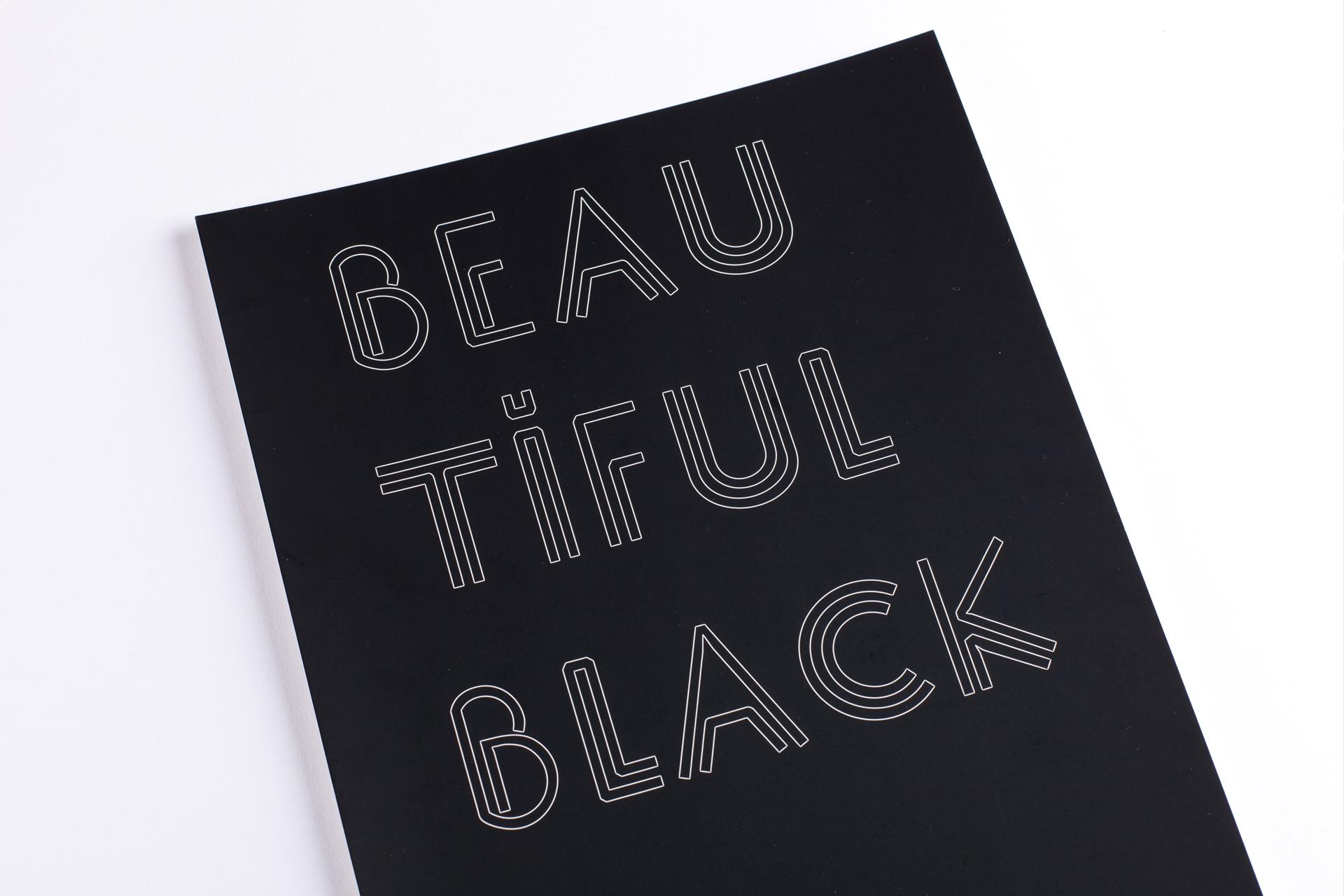 Lasergravierter Schriftzug weiß auf schwarz A4